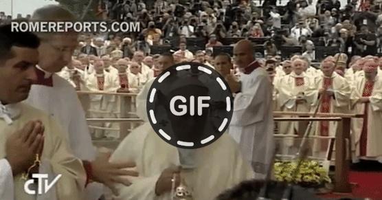 Papież Franciszek przewrócił się podczas odprawiania mszy w Częstochowie