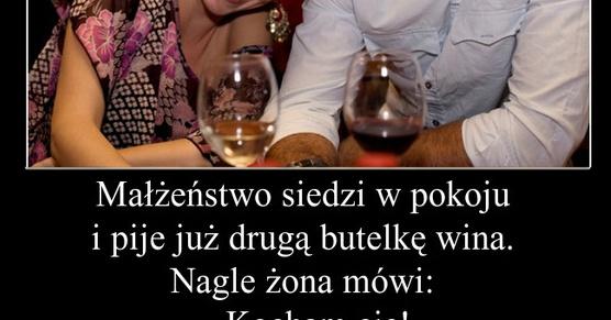 Małżeństwo siedzi w pokoju i pije już druga butelkę wina...