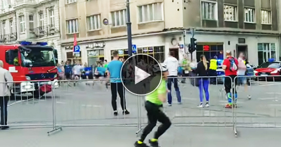 Skandaliczne zachowanie biegaczy w momencie przejazdu straży pożarnej