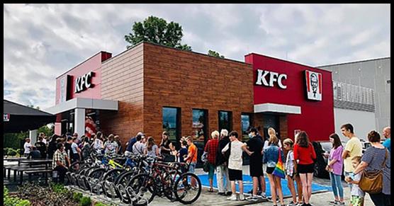 Moje Wadowice takie piękne. Rano otwarto KFC. Ludzie ustawili się w kolejce przed 6 rano, bo pierwsze 100 osób miało mieć...