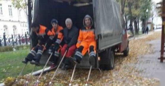 Sprzątanie liści w Moskwie